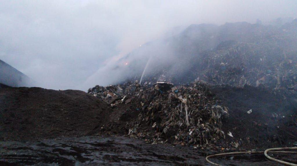В Янино загорелась тысяча «квадратов» мусора петербургского МПБО-2
