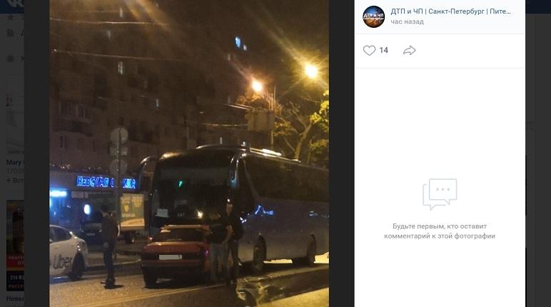 На Гражданском проспектеMercedes на «встречке» влетел в экскурсионный автобус