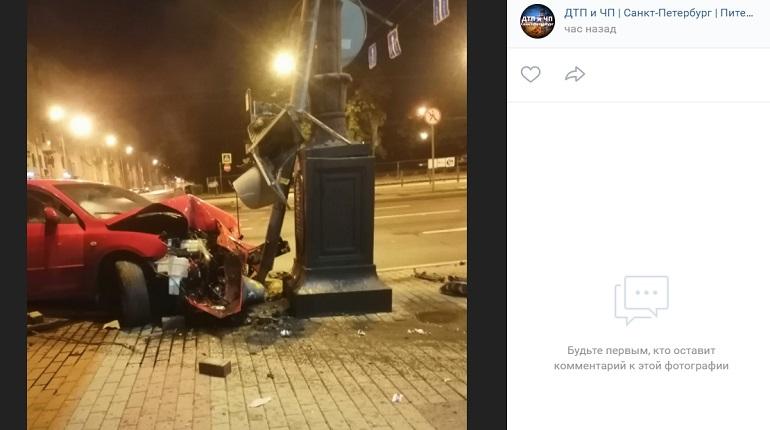 На Московском проспектеMazda влетела в светофор