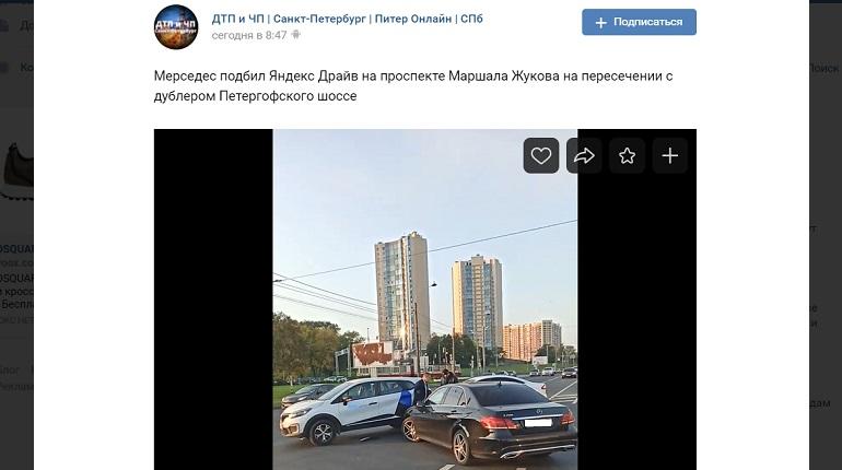 На проспекте Маршала Жукова Mercedes подбил каршеринг