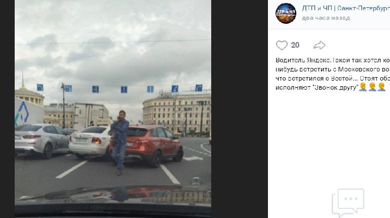 На площади Восстания Lada и такси угодили в ДТП