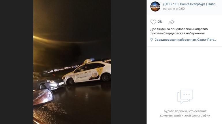 На Свердловской набережной два такси не поделили проезжую часть