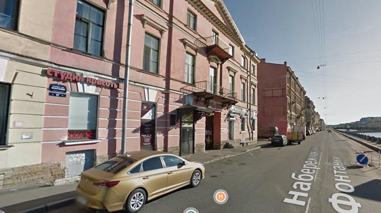 На набережной Фонтанки двое с ножом напали на мастерскую и похитили кошелек