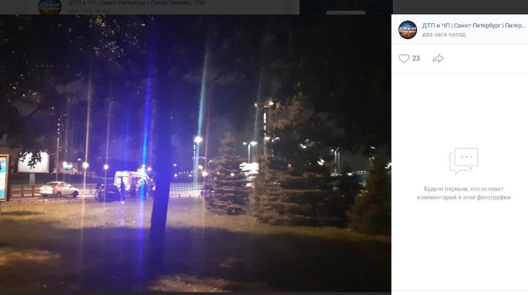 На Свердловской набережной иномарки растеряли детали после столкновения
