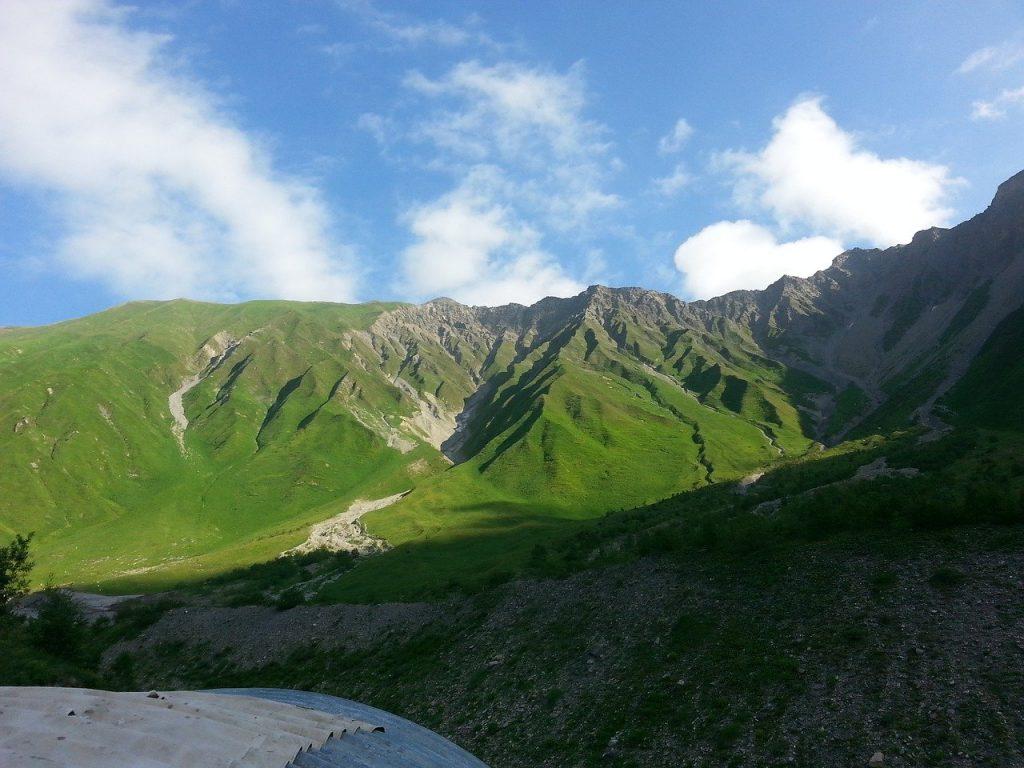 Россия открыла границы с Южной Осетией: больных нет, товары везут, а туристов ждут