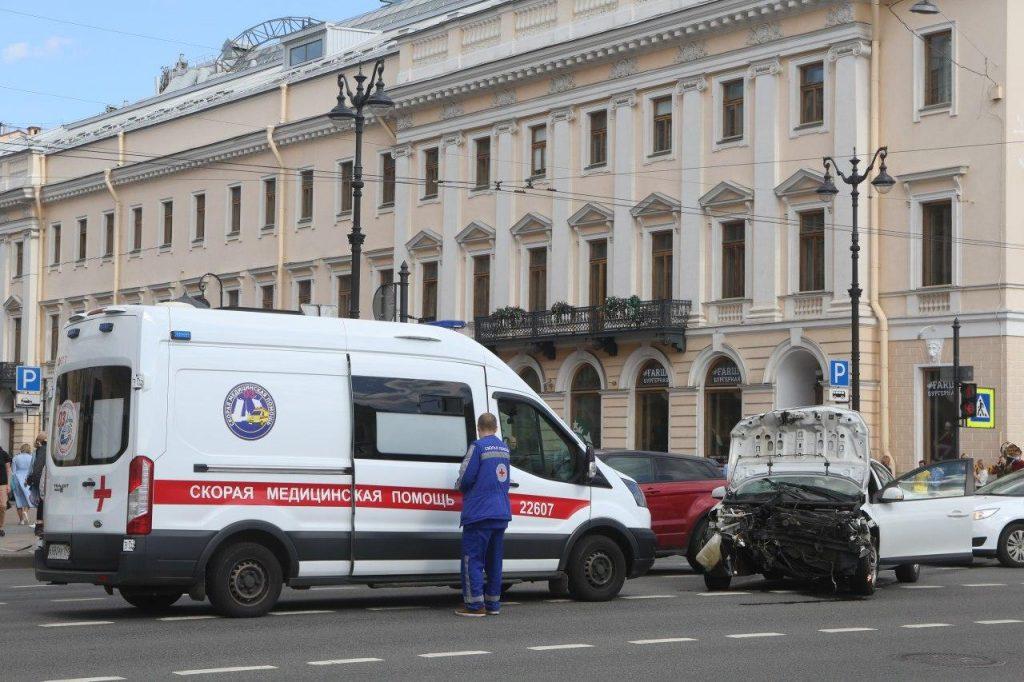 Иномарке снесло «морду» из-за ДТП на Невском проспекте: на месте скорая и полиция