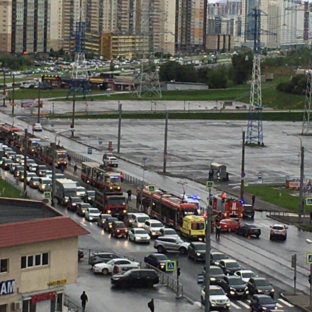Жесткое столкновение иномарки и трамвая собрало пробку: на месте скорая и пожарные