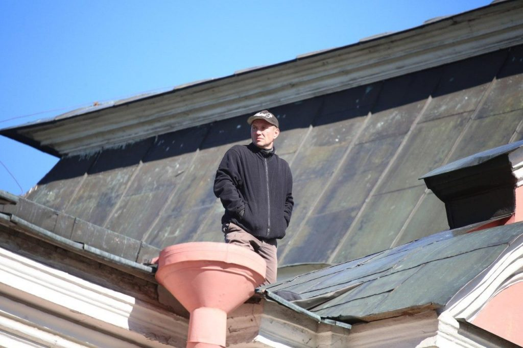 Причины, побудившие мужчину залезть на крышу строения, пока неизвестны. Фото: Мойка78/Валентин Егоршин