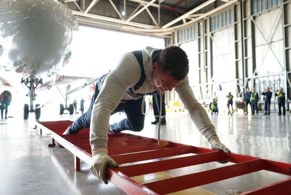 Репетиция к мировому рекорду по трек-пулу прошла успешно: петербургский блогер-экстремал протащил «Спортолет» весом 43 тонны