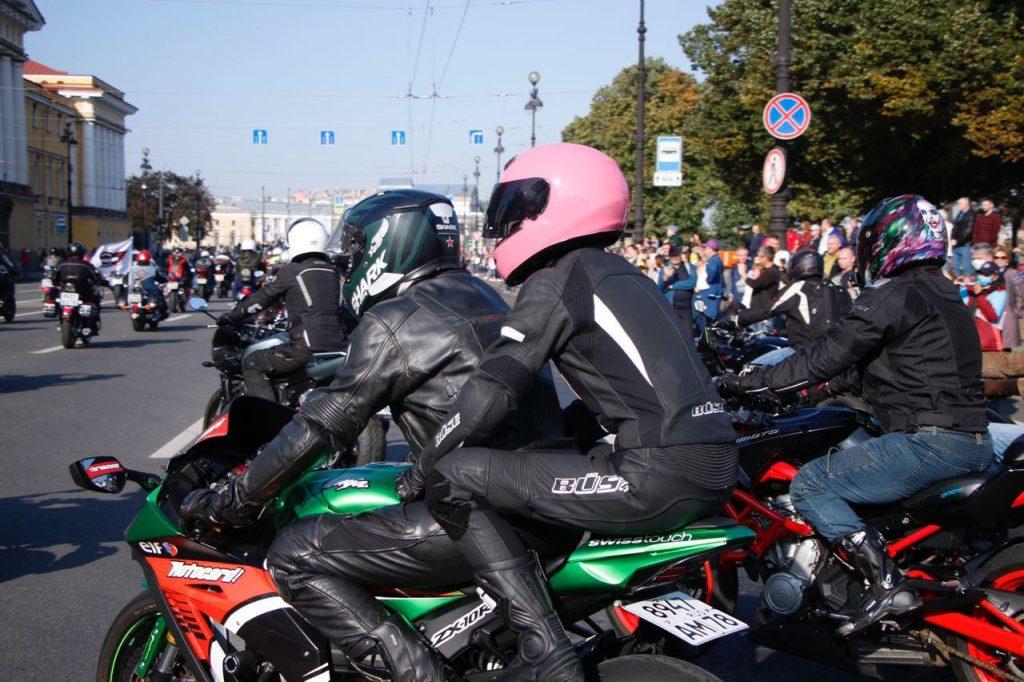 Петербургские байкеры закрыли сезон без поддержки властей, проехав в колонне по центру