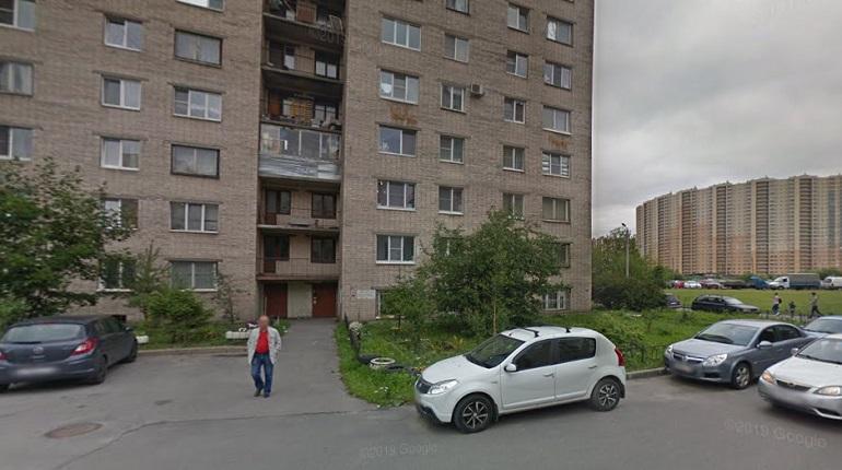 На улице Подвойкого обрушился балкон, пострадала женщина