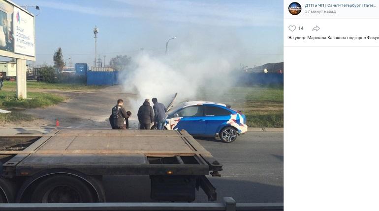 На улице Маршала Казакова загорелся Ford
