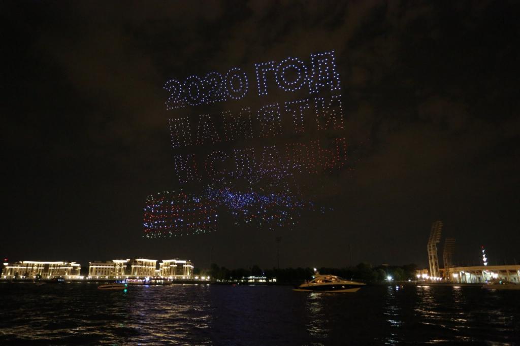 Фоторепортаж «Мойки78»: в небе над Петербургом прошел парад светящихся дронов