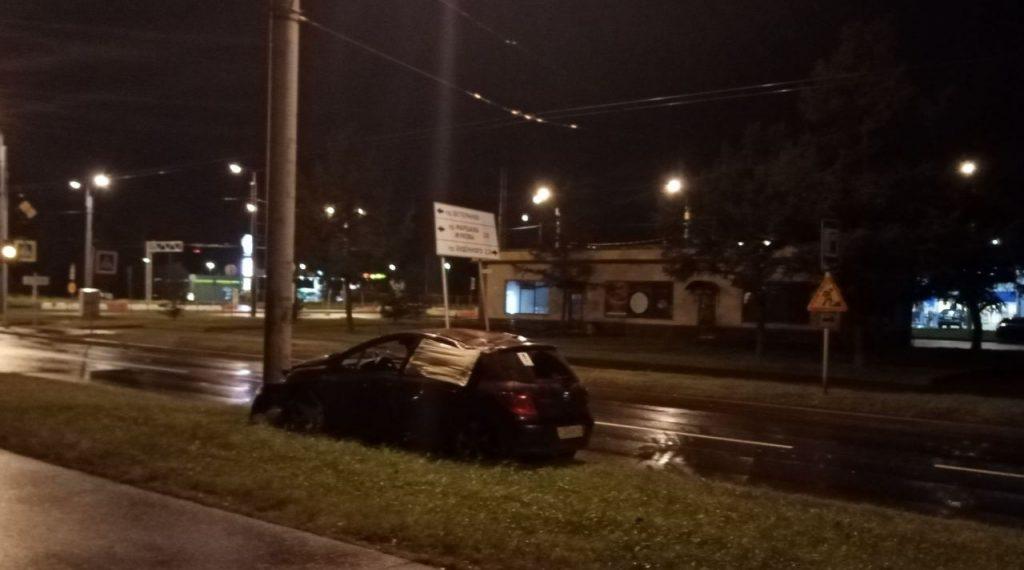 На улице Пионерстроя водитель врезался в столб по встречке и уехал с места аварии на такси