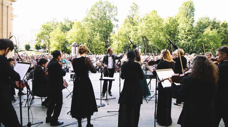 Петербуржцы получили удовольствие от концерта на ступеньках Мюзик-холла