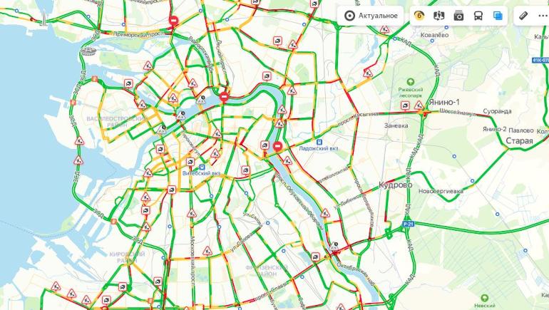 Ближайшие пять часов движение затруднено: пробки в Петербурге — 6 баллов