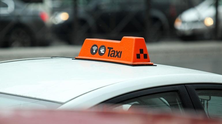 Пассажирка испугалась и выпрыгнула из такси на ходу на Московском