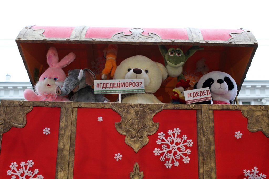 Коронавирус оставил чиновников без заграницы, но с надеждой на новогоднее чудо