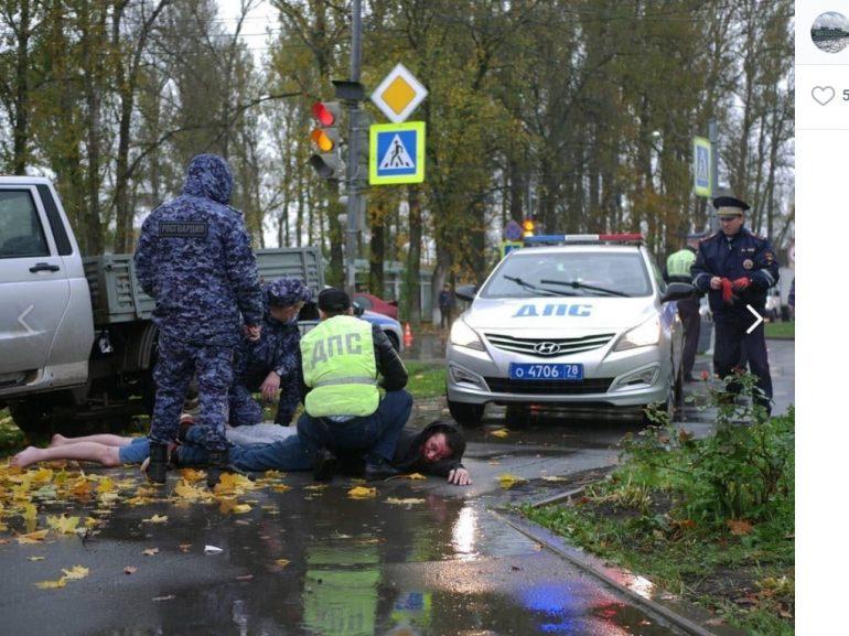 В Волхове пьяные приятели пытались скрыться от полицейской погони и влетели в дерево