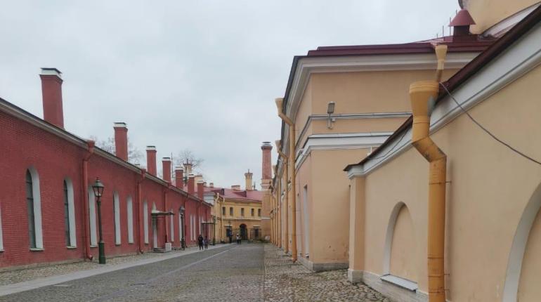 В Петропавловской крепости убрали нелегальные ограды и бытовки