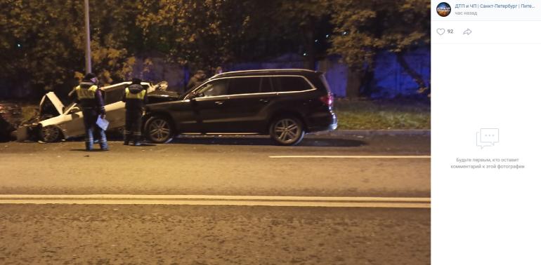 Mercedes смял припаркованные машины на Кибальчича