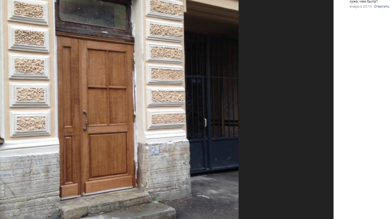 Петербуржцы пожаловались на уродливую дверь в парадной исторического дома