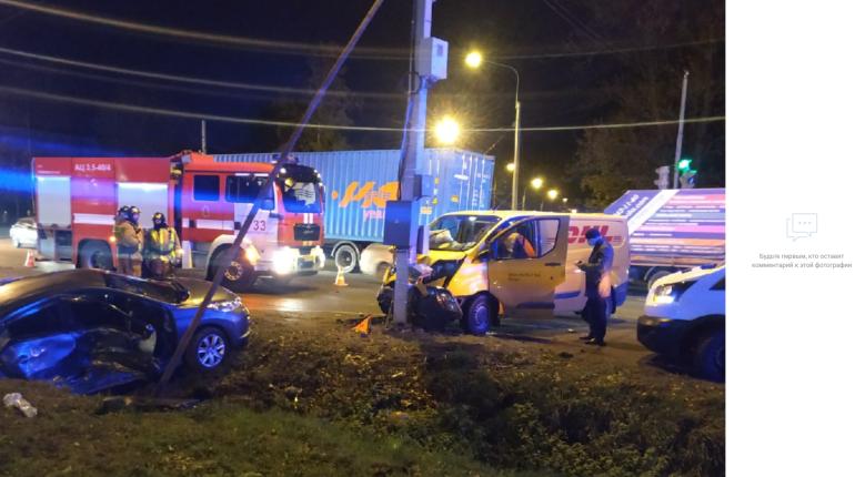 Микроавтобус отправил иномарку в кювет в Красносельском районе