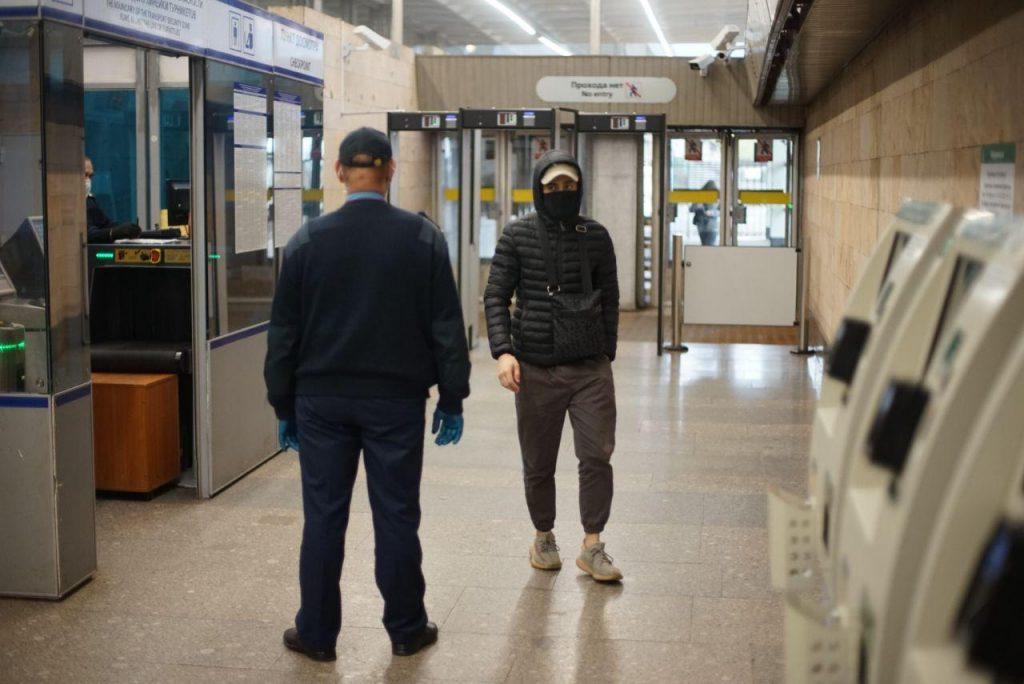 Охрана метрополитена борется с коронавирусом путем личных досмотров
