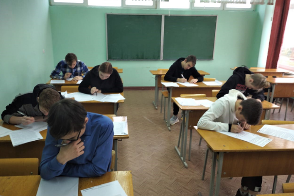 Московские школьники уходят на дистанционку, три четверти петербуржцев против