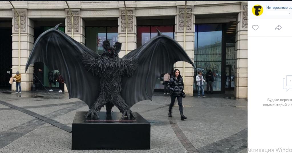 В центре Петербурга появилась статуя огромной летучей мыши