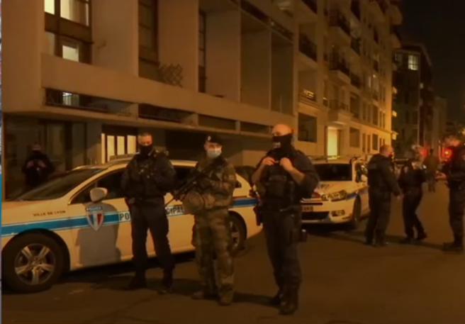 Неизвестный два раза выстрелил в священника у церкви в Лионе
