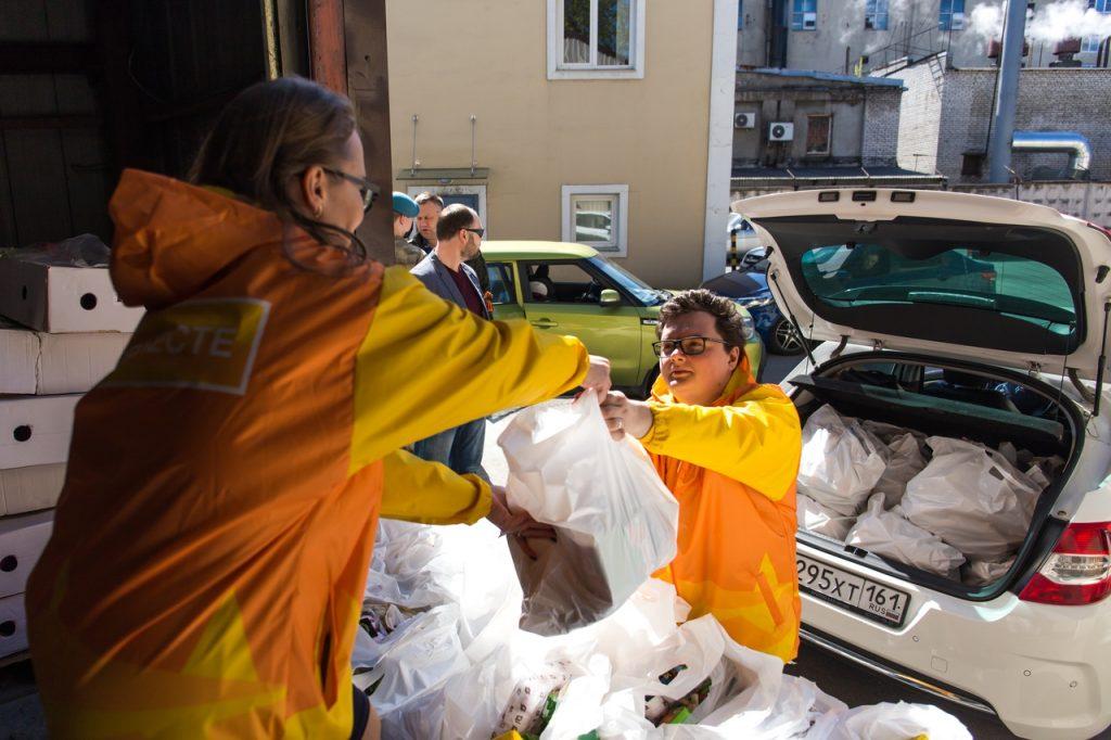 В Петербурге волонтеры передали почти 160 тысяч гуманитарных наборов