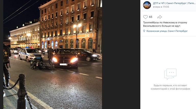 На Невском проспекте Mercedes сбил мотоциклиста