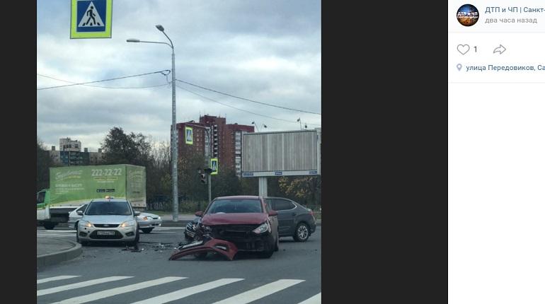 На проспекте Энтузиастов у иномарки в ДТП отлетел бампер