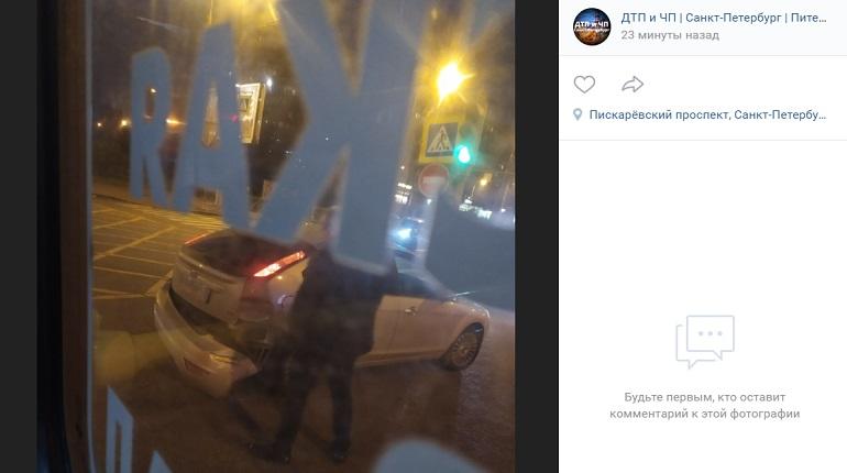 На Пискаревском проспекте легковушка в ДТП повредила бампер