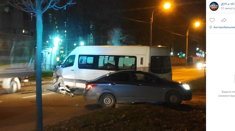 На Трамвайном проспекте автобус помял микроавтобус