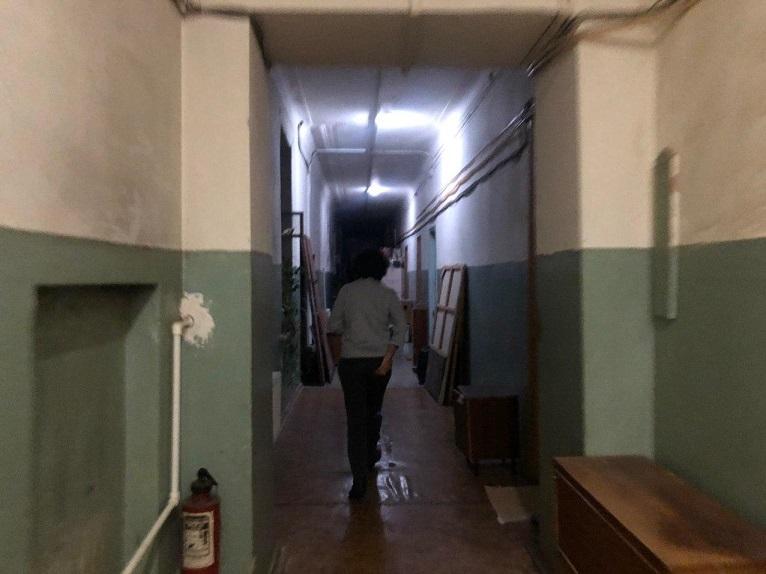 В двух шагах от Смольного забытый вместе с жильцами дом трещит по швам