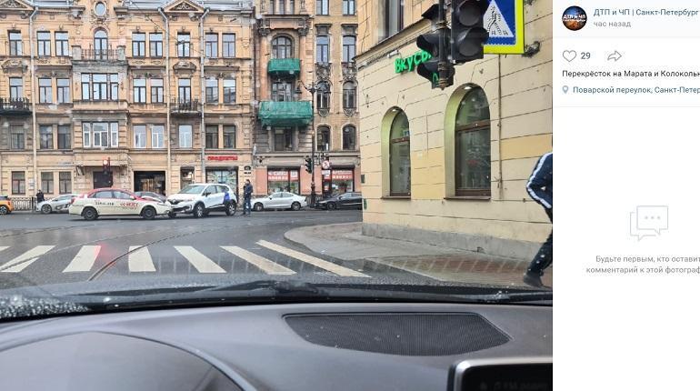 На улице Марата такси и каршеринг не поделили перекресток