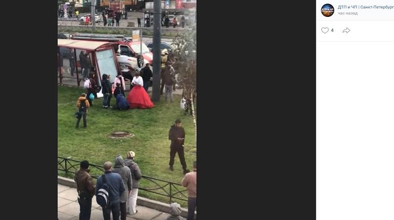 На проспекте Косыгина перевернулся Hyundai с женихом и невестой — они ехали в ЗАГС