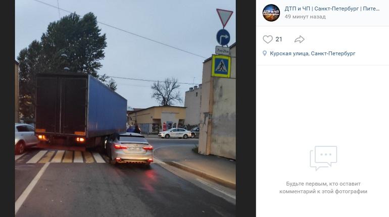На Днепропетровской улице Toyota «подлезла» под грузовик