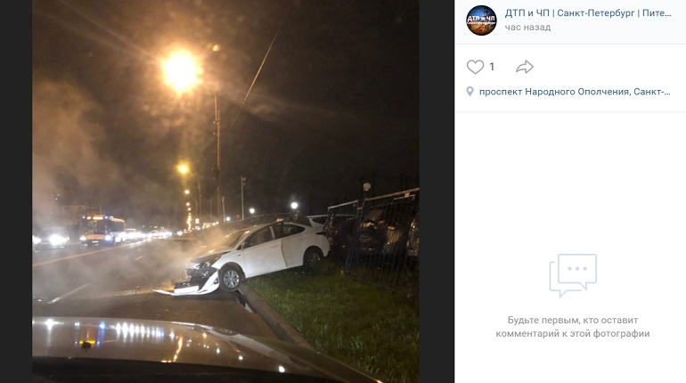 На проспекте Народного Ополчения автомобили в ДТП вылетели на газон