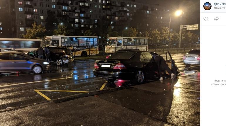 На проспекте Энергетиков автомобиль в ДТП влетел в ограждение