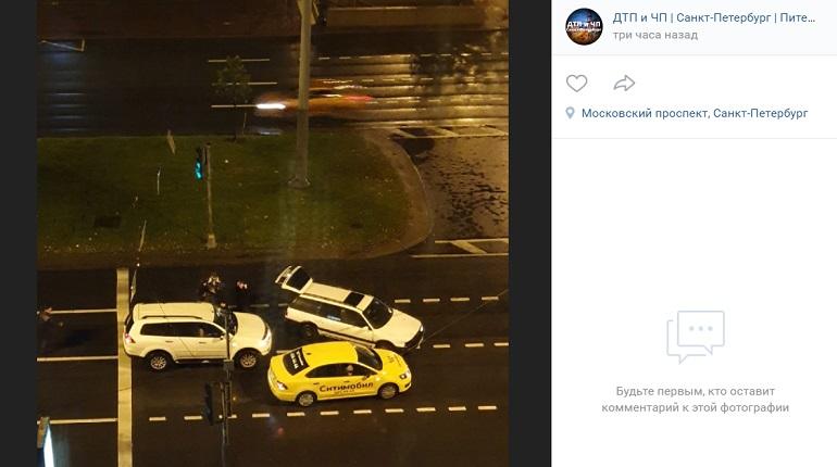 На Московском проспекте три автомобиля не поделили проезжую часть