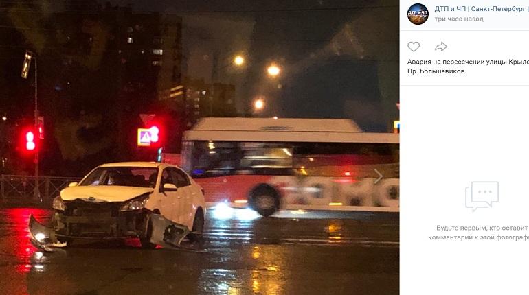 На улице Крыленко легковушка в ДТП разбила бампер