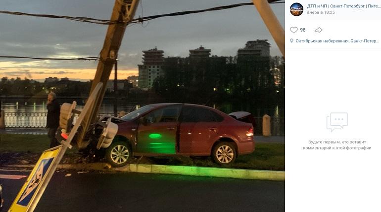 На Октябрьской набережной Volkswagen влетел в светофор
