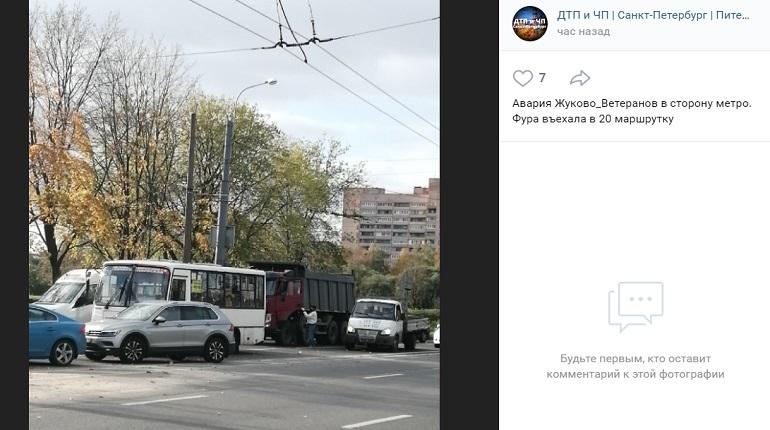 На проспекте Ветеранов самосвал въехал в маршрутку