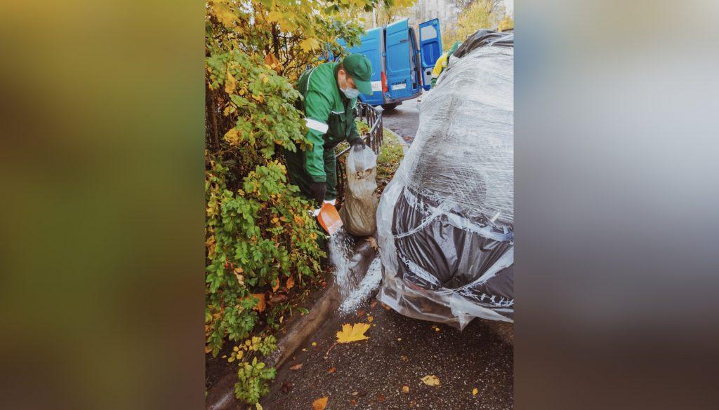 Во Фрунзенском районе из разбитого автомобиля вытекли нефтепродукты