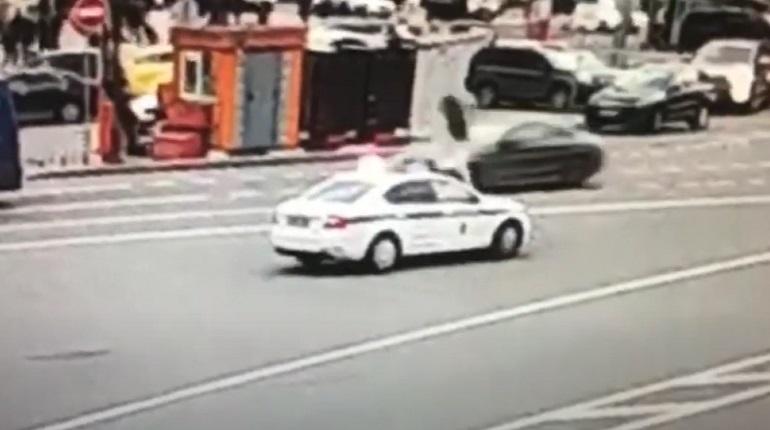 В Петербурге мужчину арестовали на пять суток за пробежку по капоту машины полиции