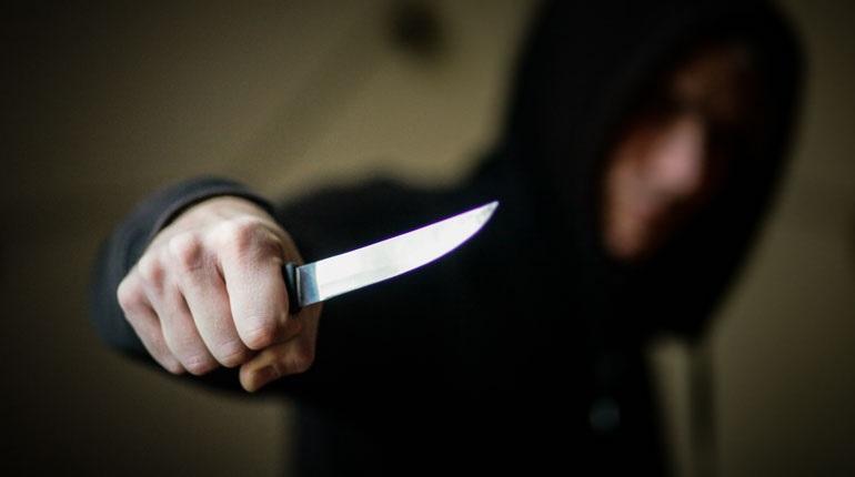Разбойник с ножом набросился на прохожего на Колокольной