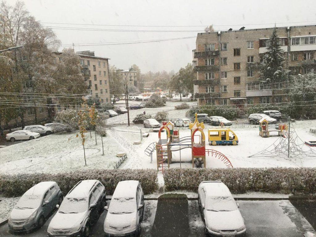 Первый снег выпал на головы петербургских коммунальщиков